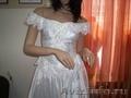 свадебное платье со спущенными бретельками.