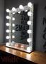 Гримерные зеркала и столики с лампочками